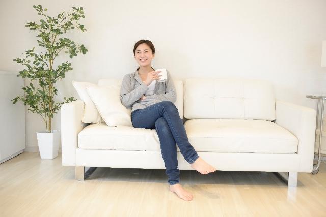 狭い部屋の大型の家具の色