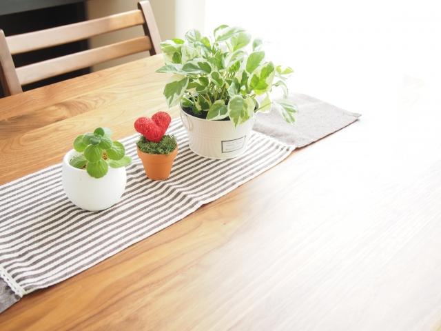 狭い部屋のダイニングテーブル