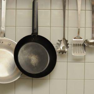 鉄とテフロン加工のフライパン