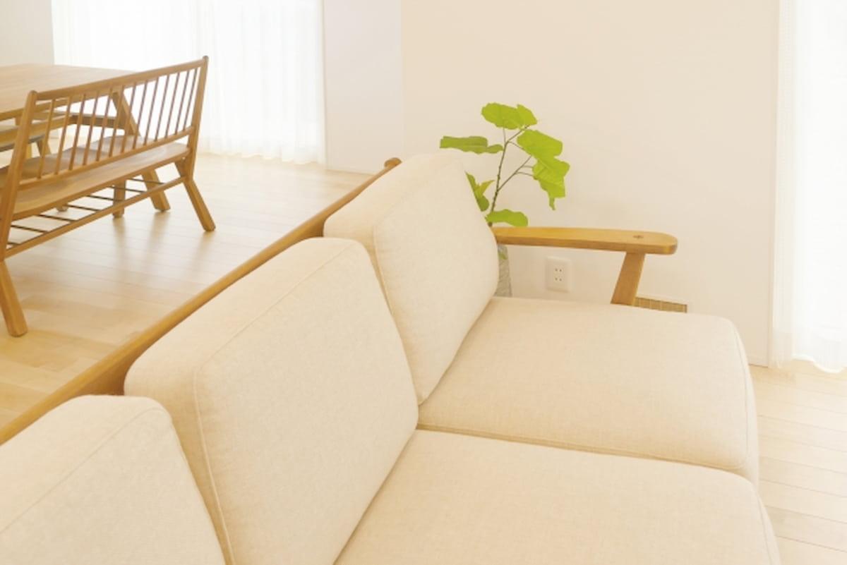 狭い部屋ではソファの生地色は壁と同系色を選ぶのが鉄則