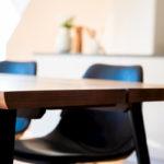 テーブルとイスの差