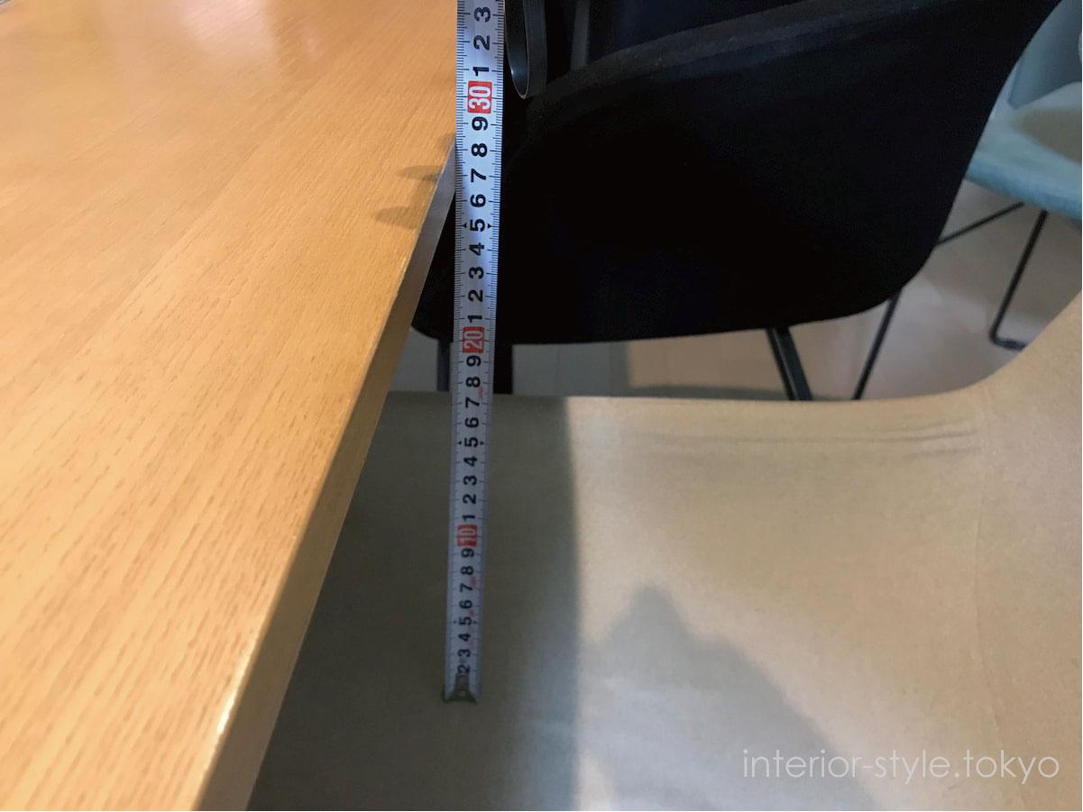 テーブルトップとイスの座面をメジャーで測って座面を確認