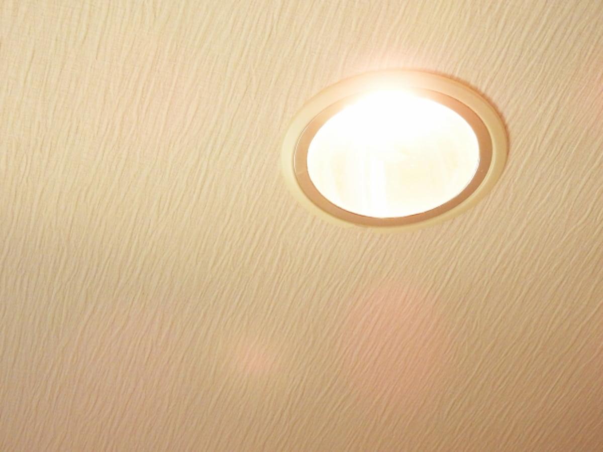 天井に取り付けらたダウンライト