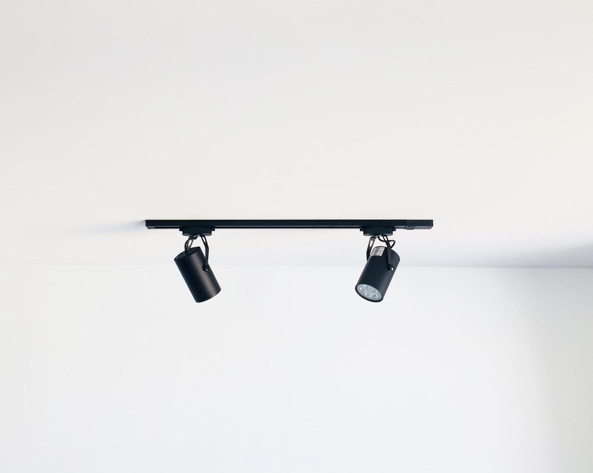 天井に取り付けられた黒いスポットライト