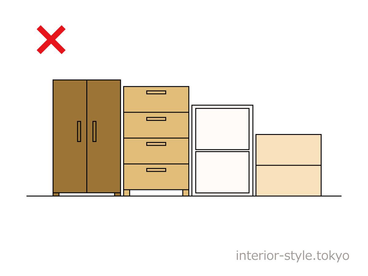 家具の素材や色がそろっていない配置