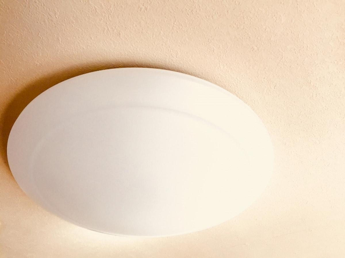 天井に取り付けられた円形のシーリングライト