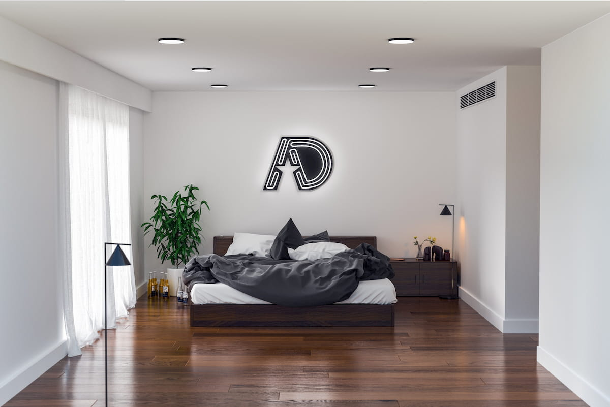 寝室のベッドフットの天井に取り付けられたダウンライト