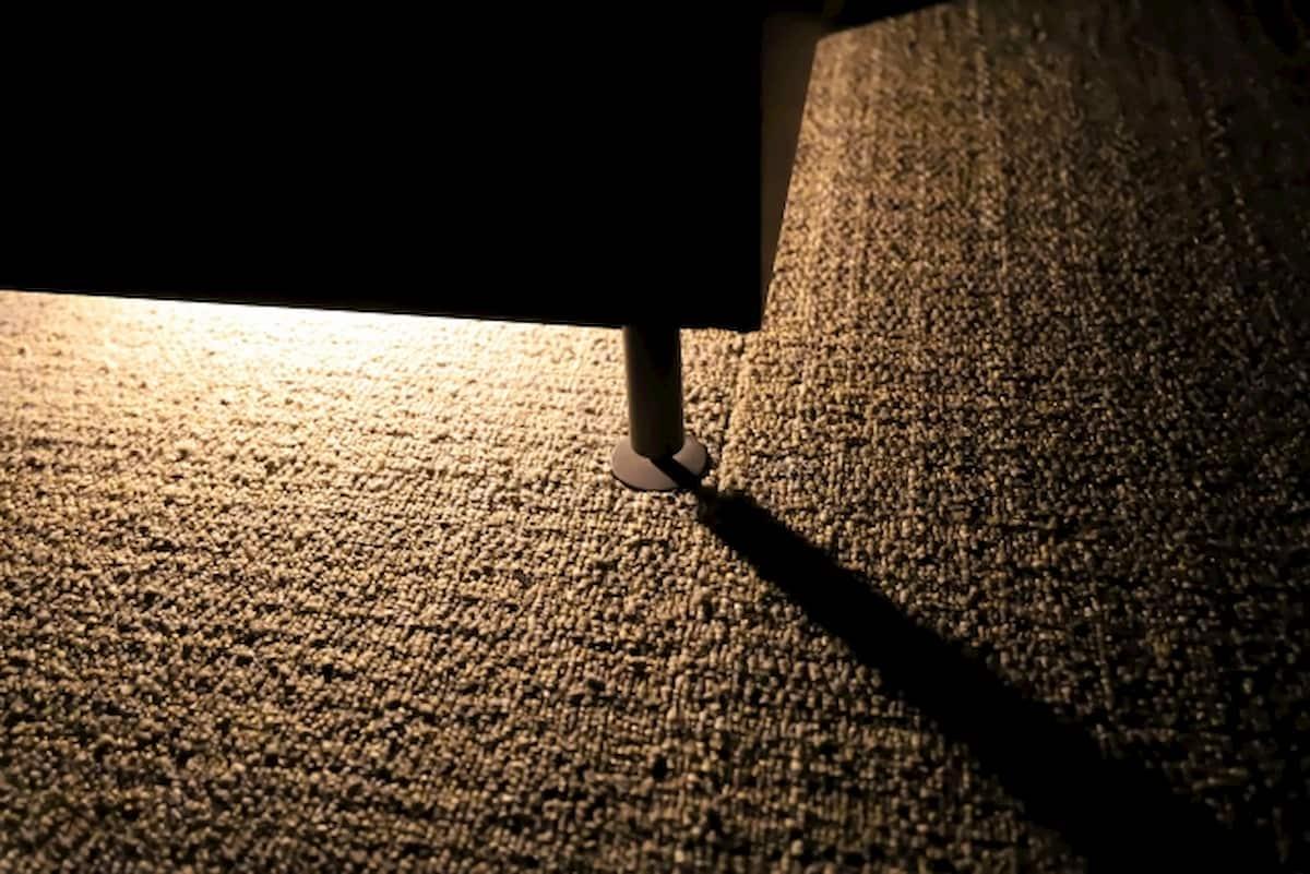ベッドの下を照らすフットライト