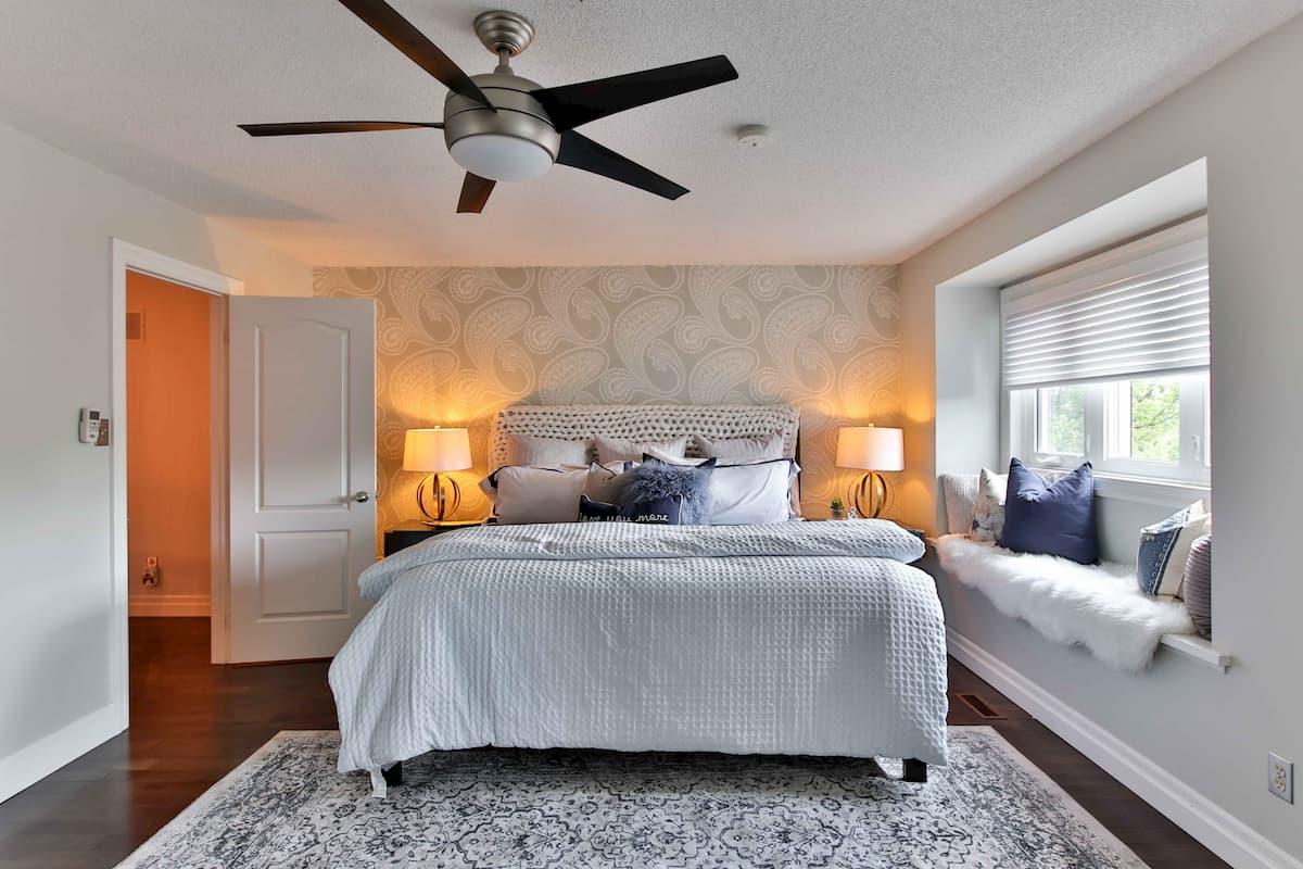 寝室のオレンジ色の光色のスタンドライト