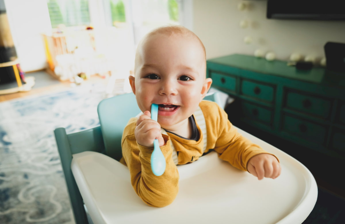 トリップトラップ専用のトレイを使う赤ちゃん