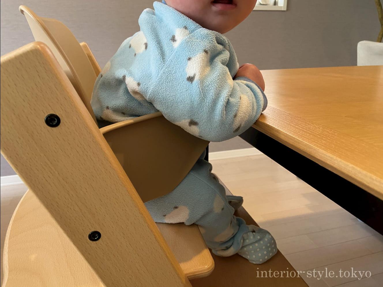 ベビーセットを装着したトリップトラップにに座る赤ちゃん