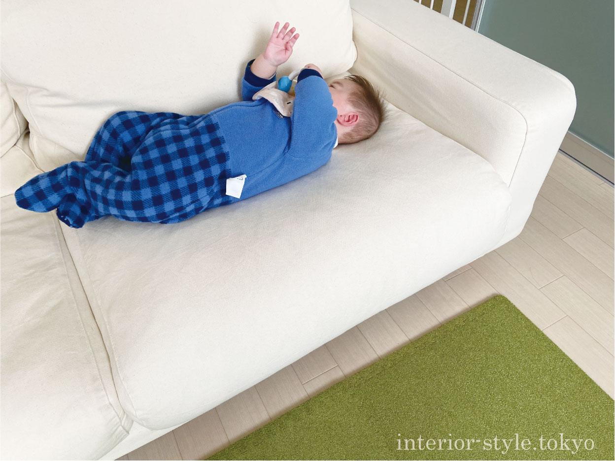 ソファの上に寝かせた赤ちゃん