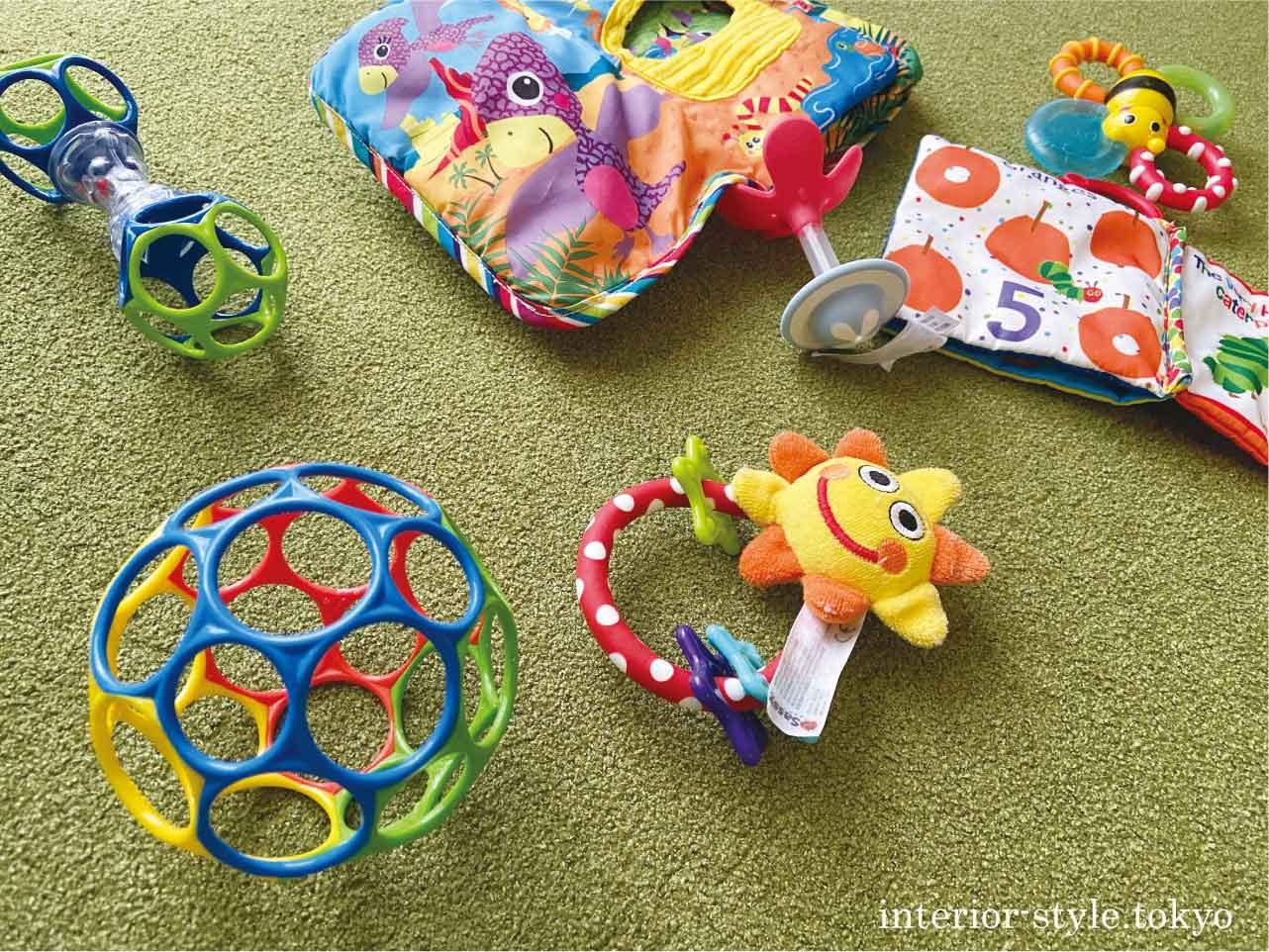 散らかっている赤ちゃんのおもちゃたち
