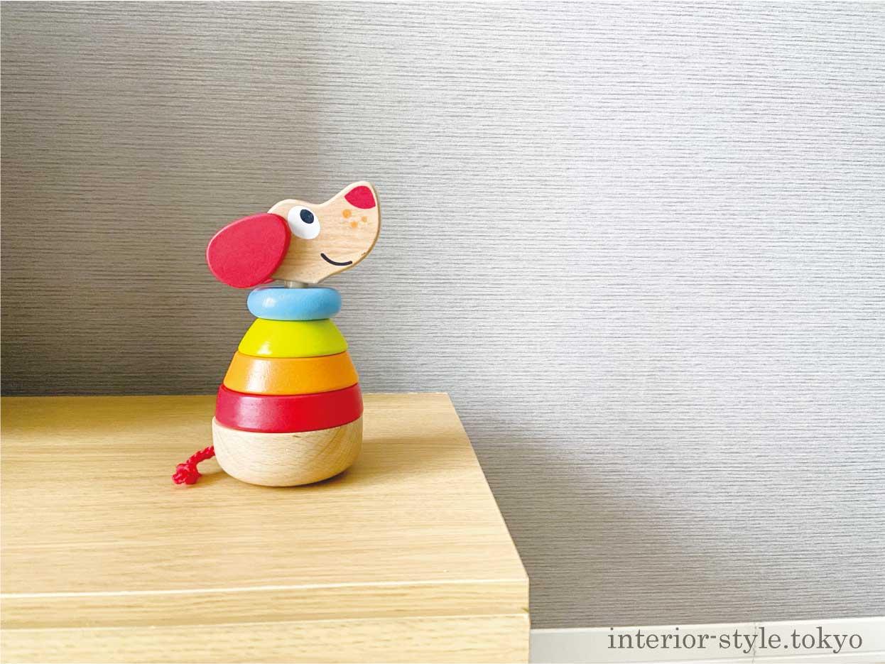 棚に飾った木製の犬のおもちゃ
