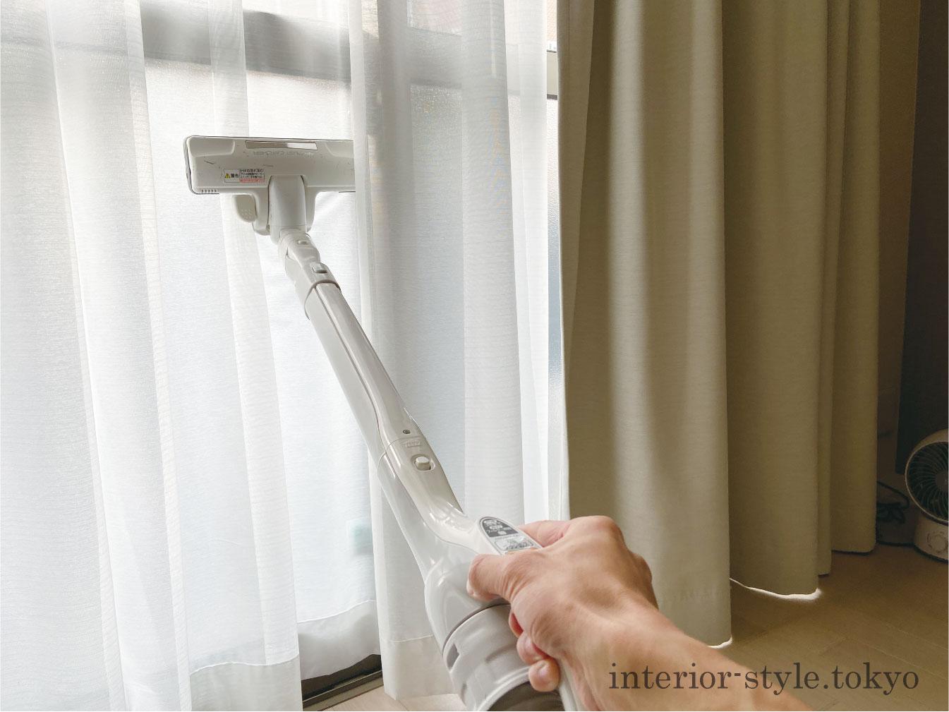 掃除機でカーテンを吸う
