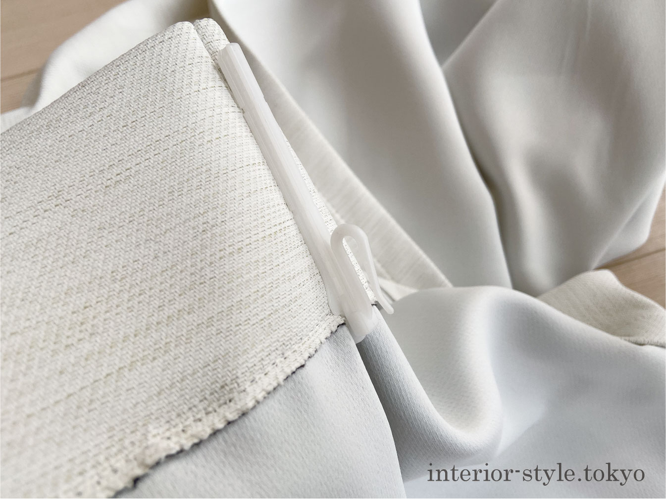 カーテンフックが付いたままのカーテン
