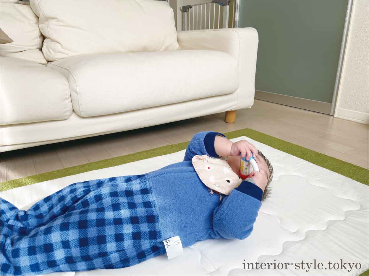 ソファの前で寝る赤ちゃん