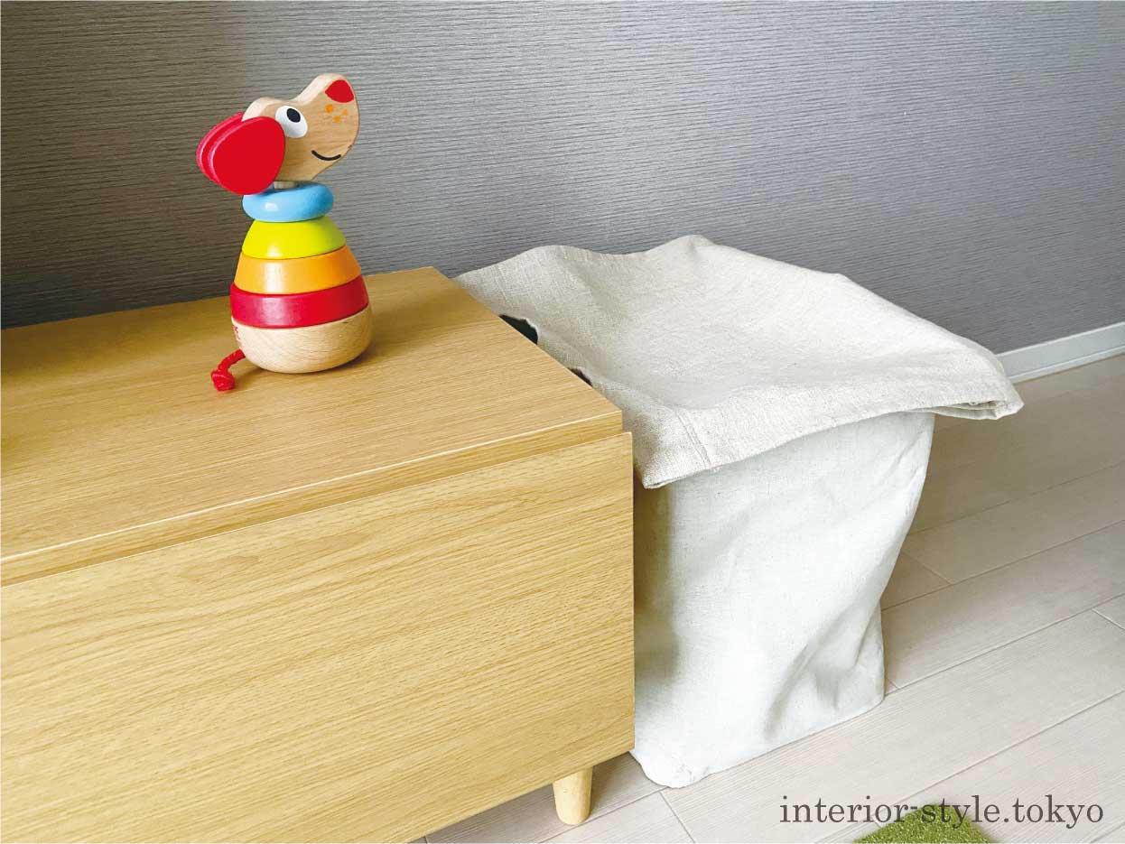 おもちゃを入れた収納ボックスに布をかぶせた