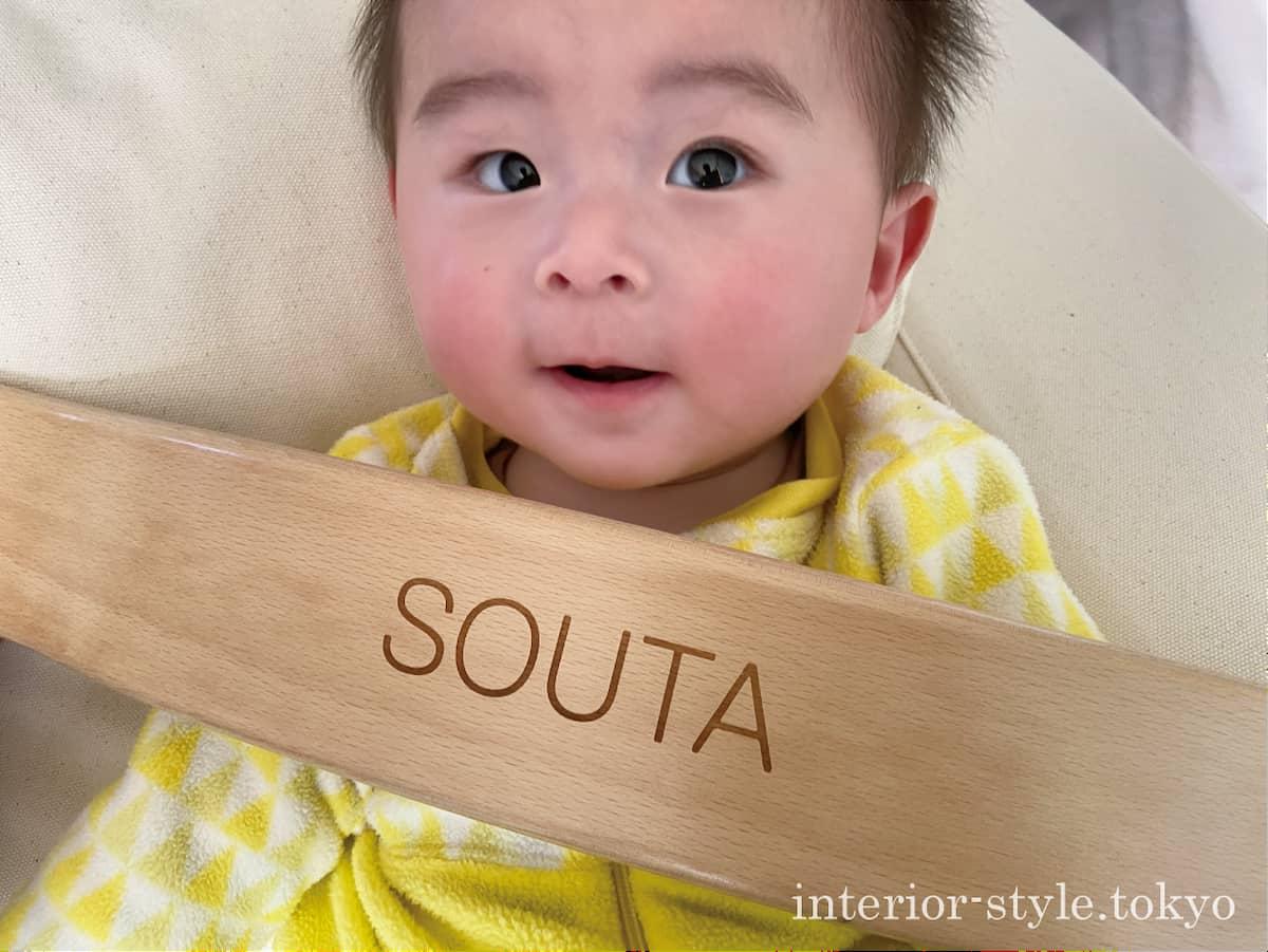 名前を入れたトリップトラップの背板と赤ちゃん