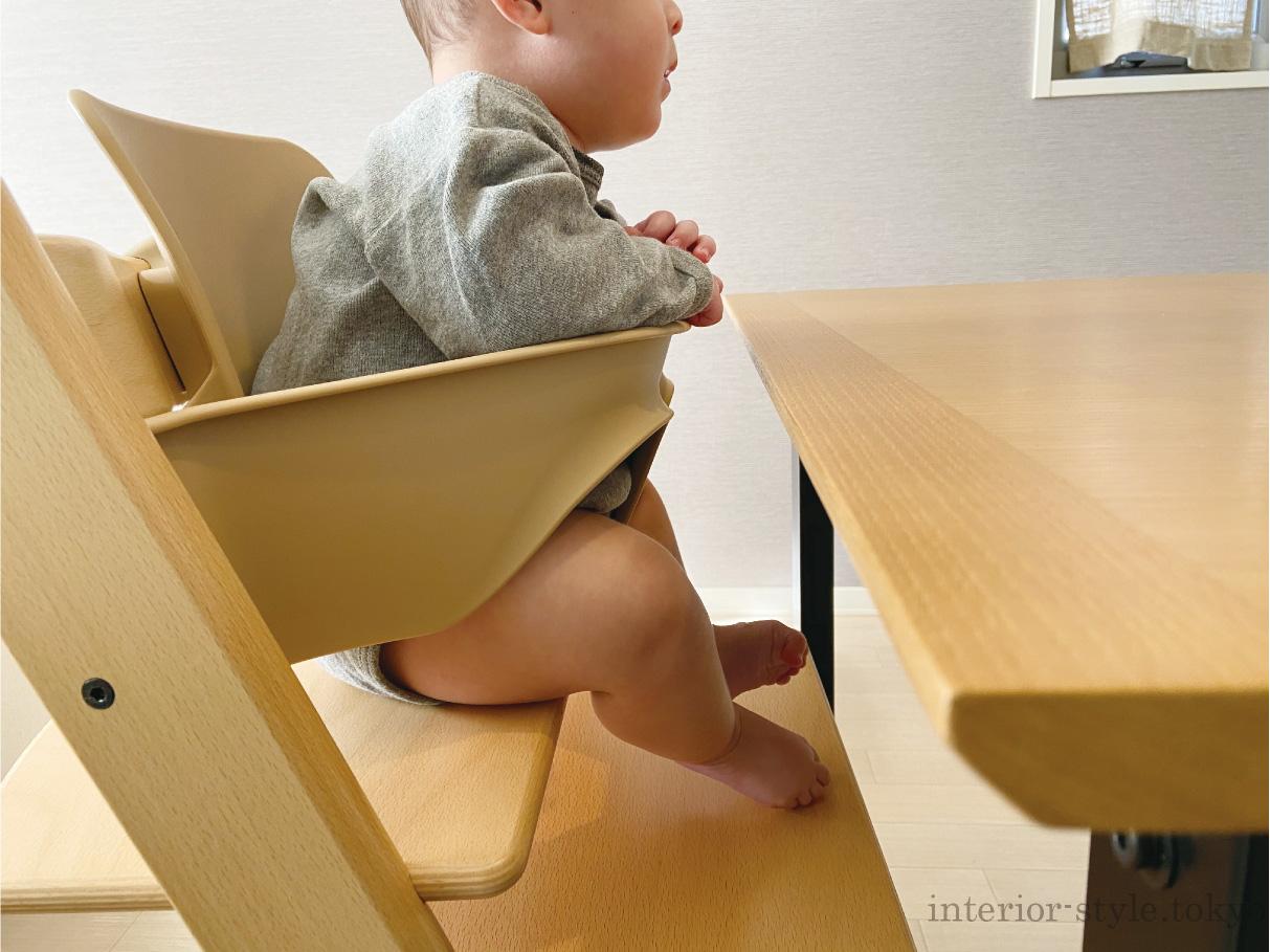トリップトラップに座る赤ちゃんとテーブル