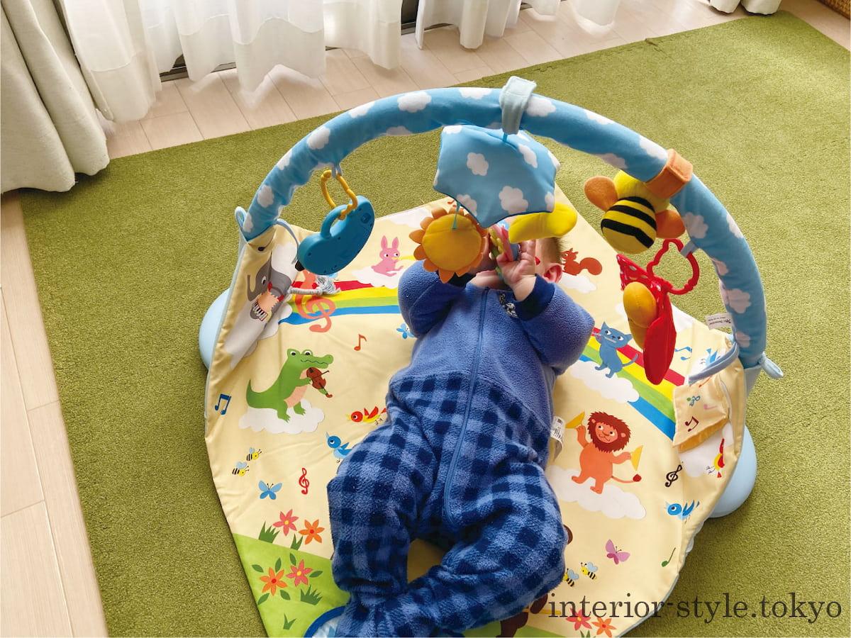 リビングのプレイマットで遊ぶ赤ちゃん