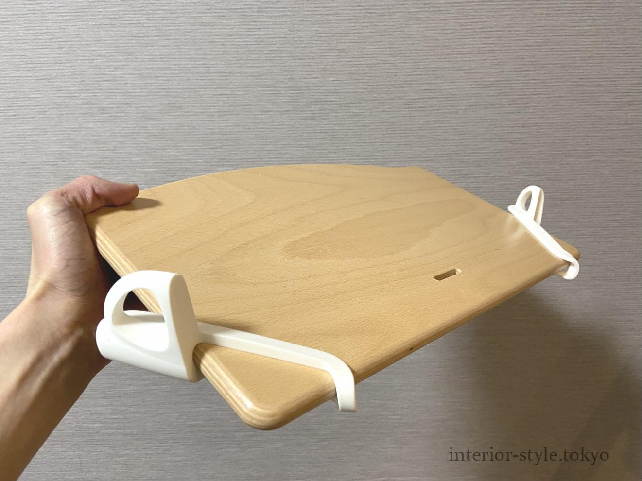白い取り付け器具を座板の2ヵ所に差し込む