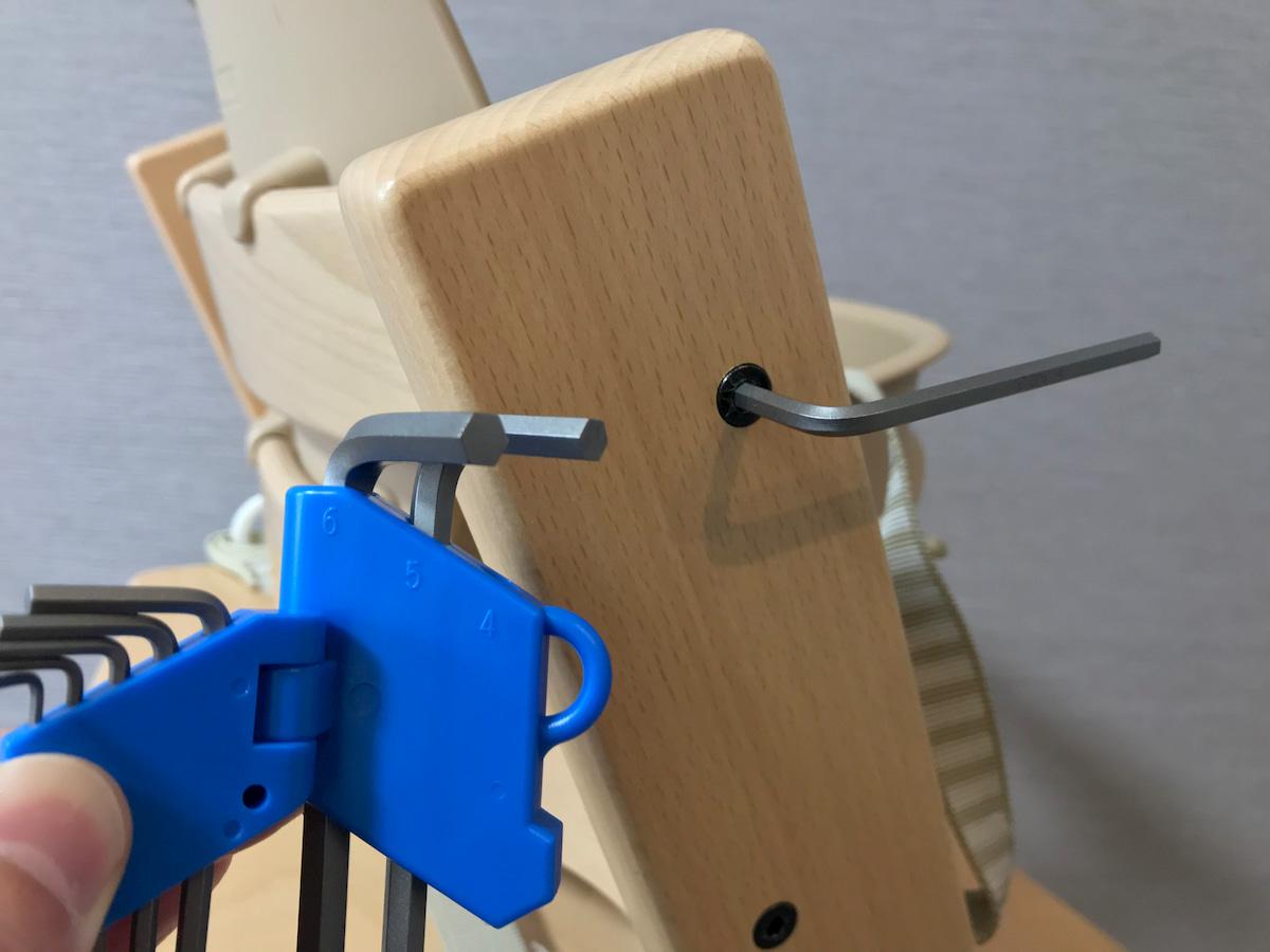 トリップトラップのボルトを締める100均の4mmの六角レンチ