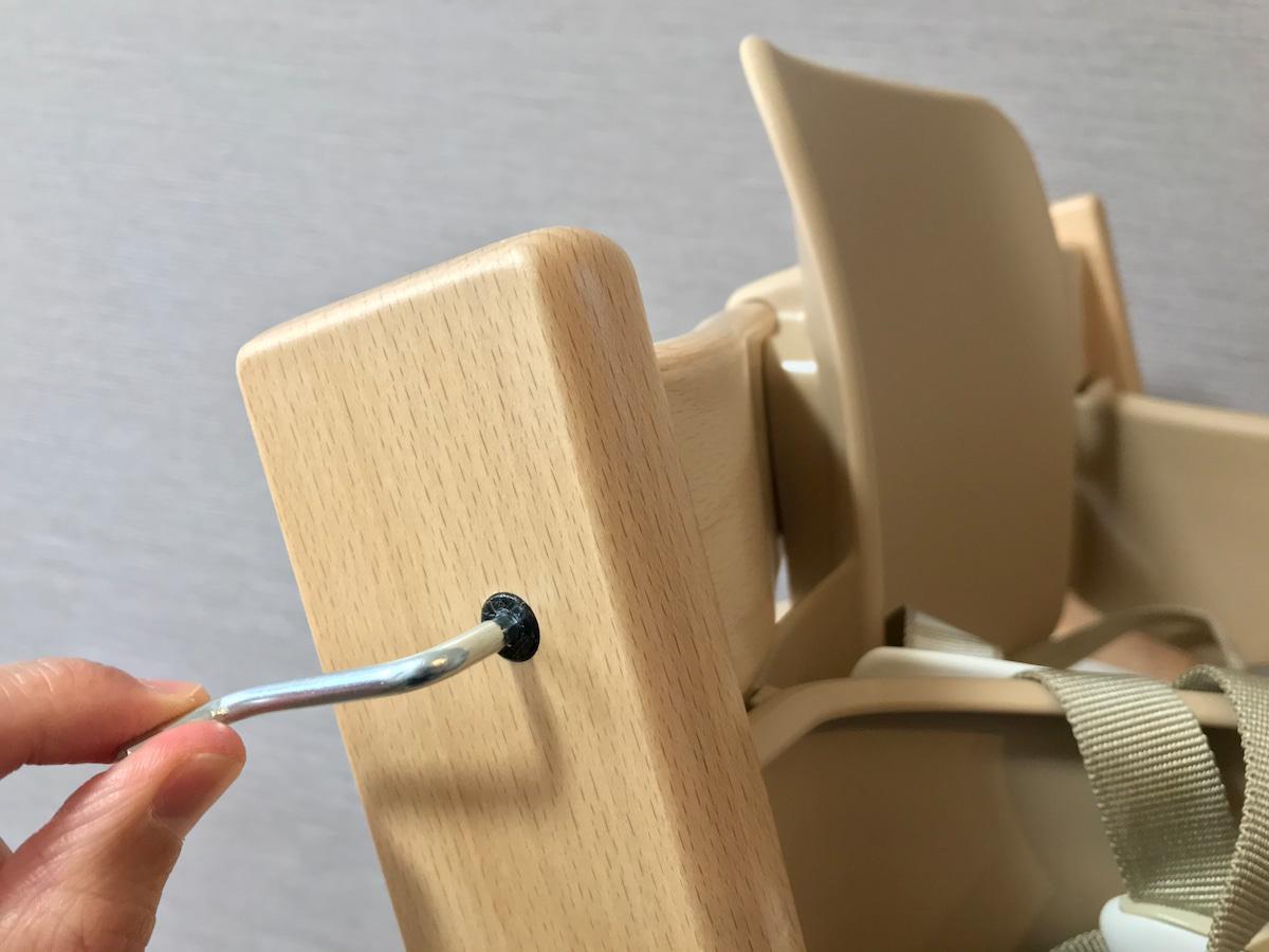 トリップトラップのボルトをレンチで締める