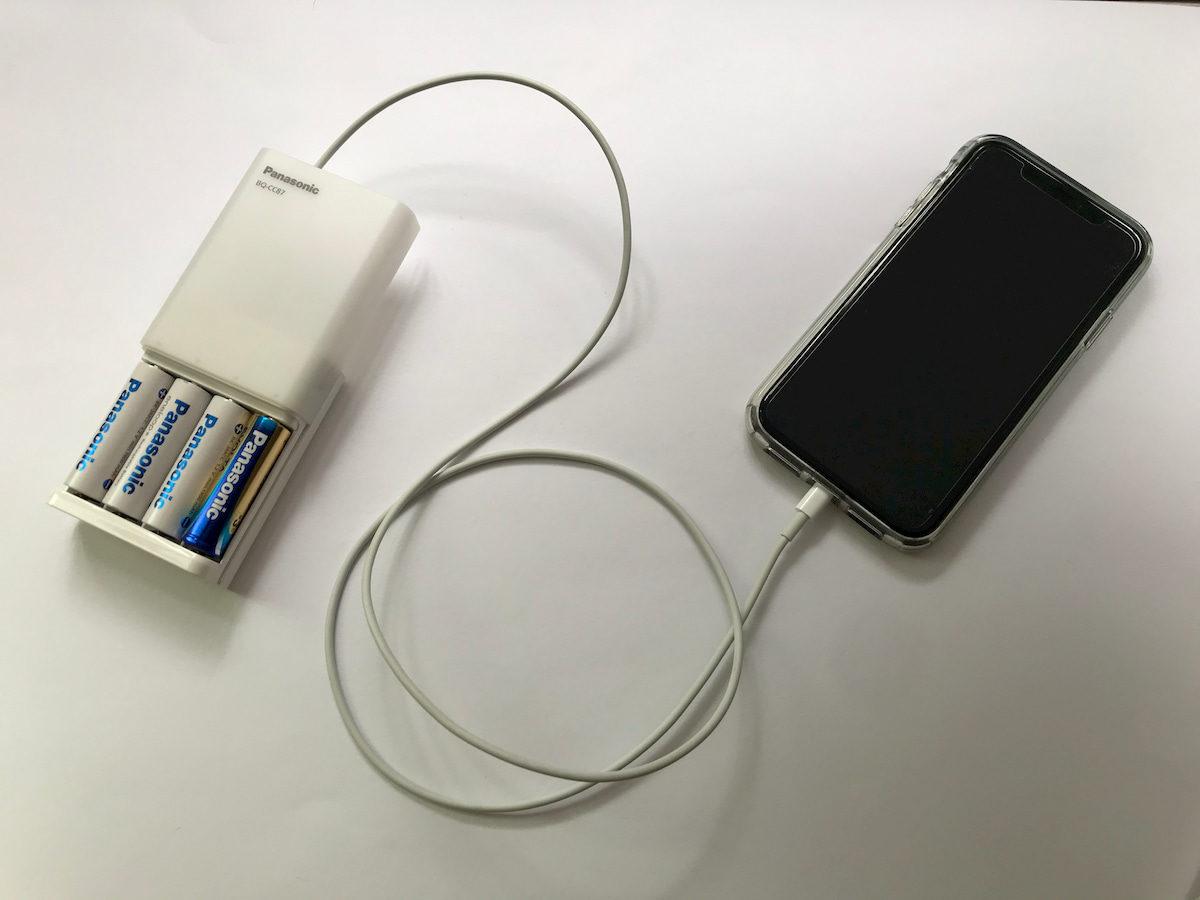 モバイルバッテリーとiPhoneをLightningケーブルで接続
