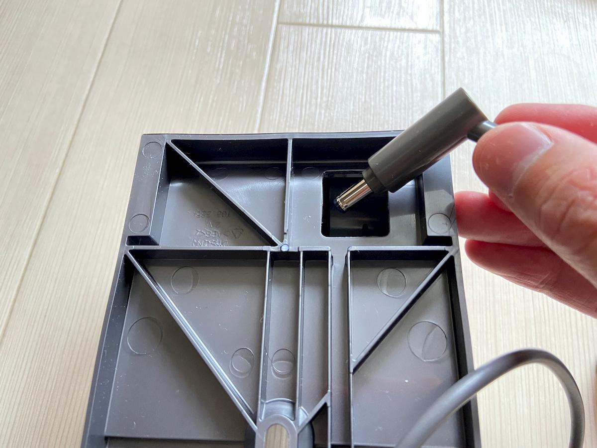 収納ブラケットの裏面と電源コードの先端
