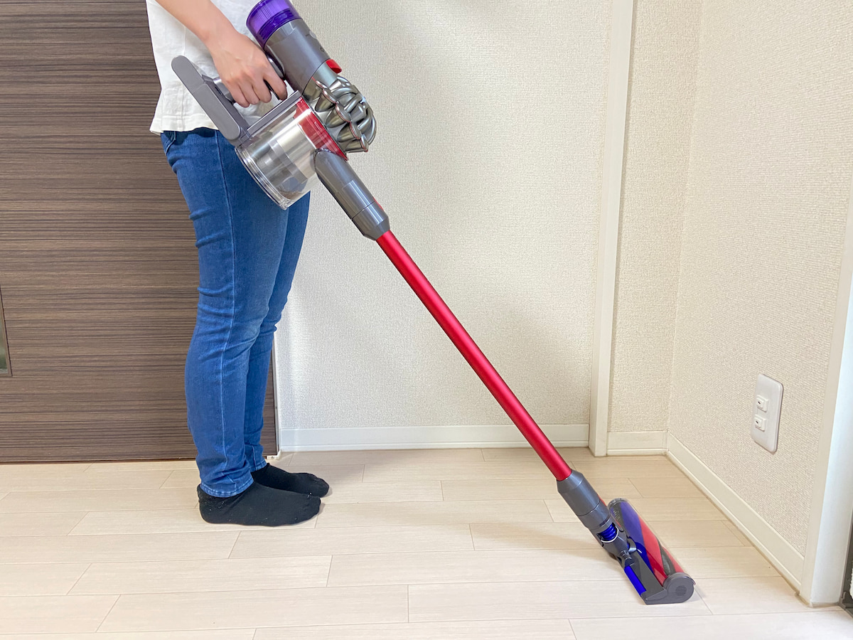 『V8 Slim Fluffy』で掃除する女性