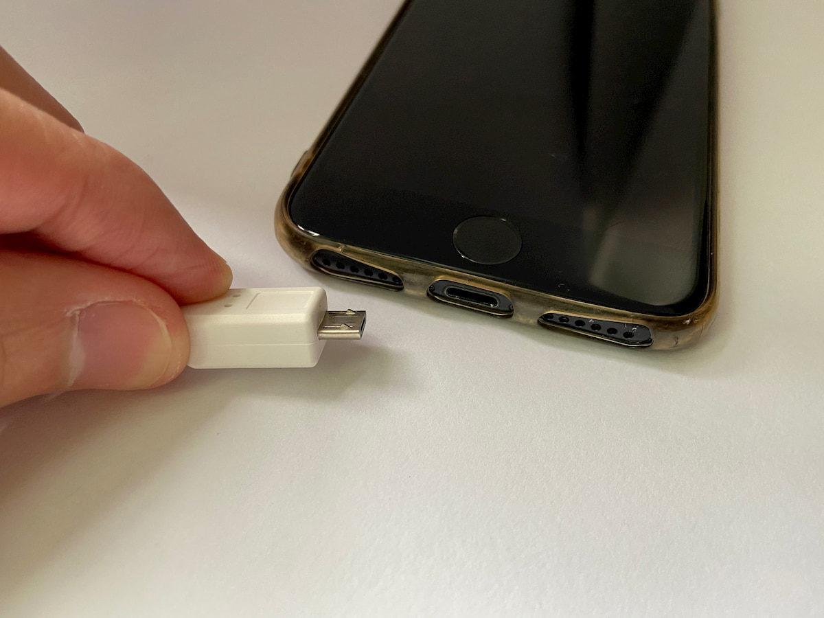 本体に付属されているケーブルではiPhoneに挿せない