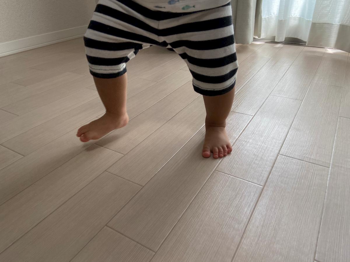 リビングを元気よく歩く赤ちゃん