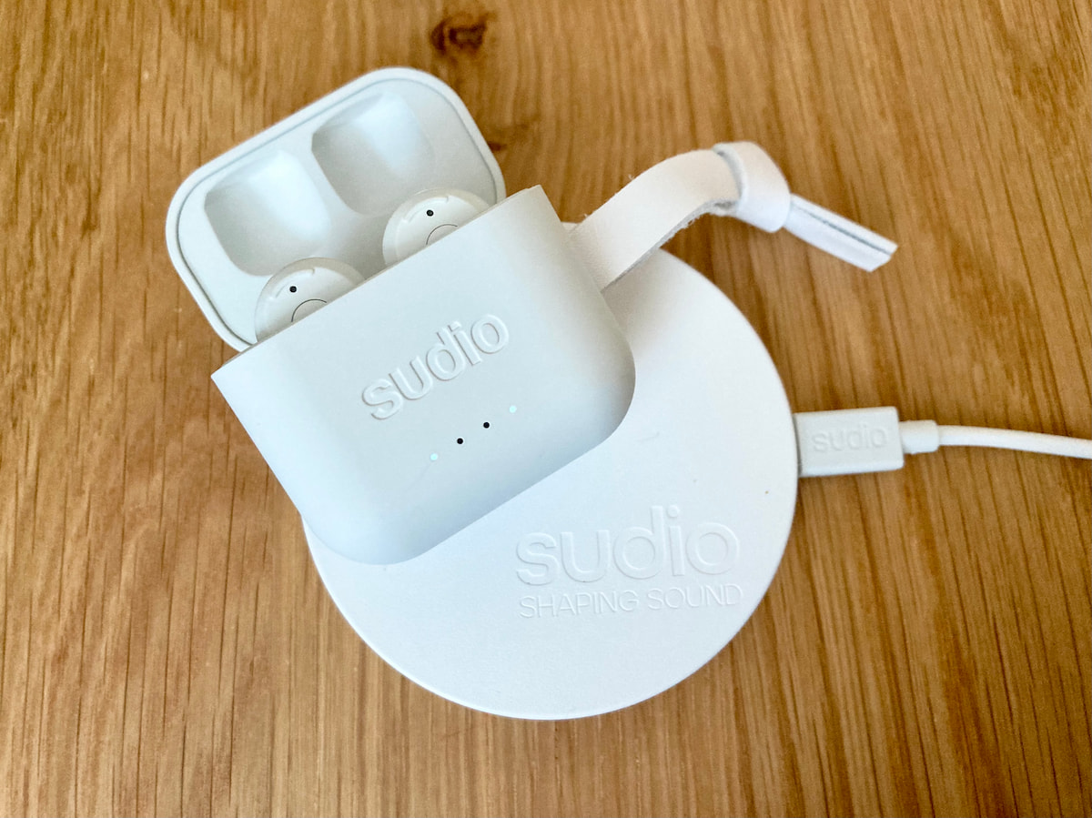 sudioのワイヤレスイヤホンと充電器